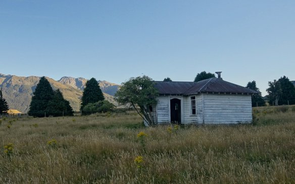 abandoned farmhouse on the side of SH6 just east of Makarora