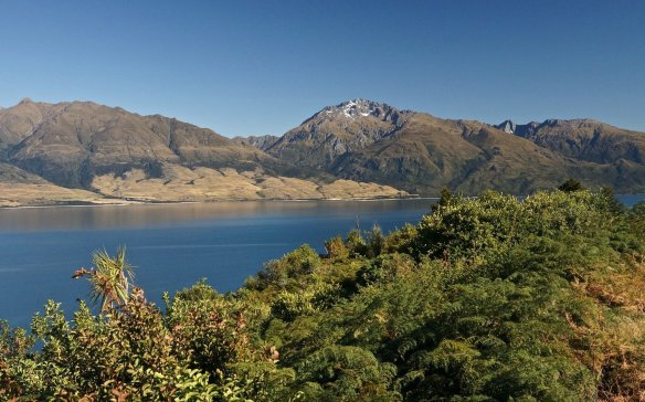 looking south over Lake Wanaka from The Neck on SH6