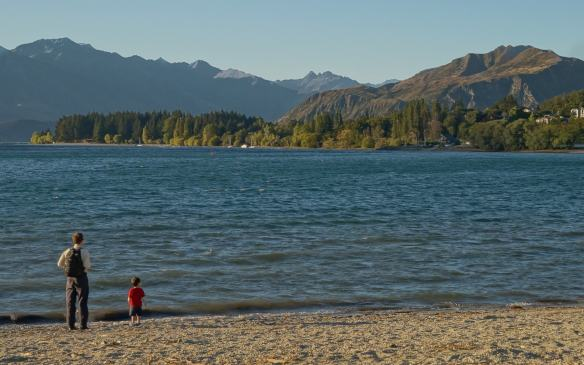 the shore of Lake Wanaka across Ardmore Street