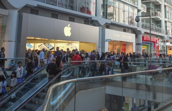 crowds in front of the Apple Store