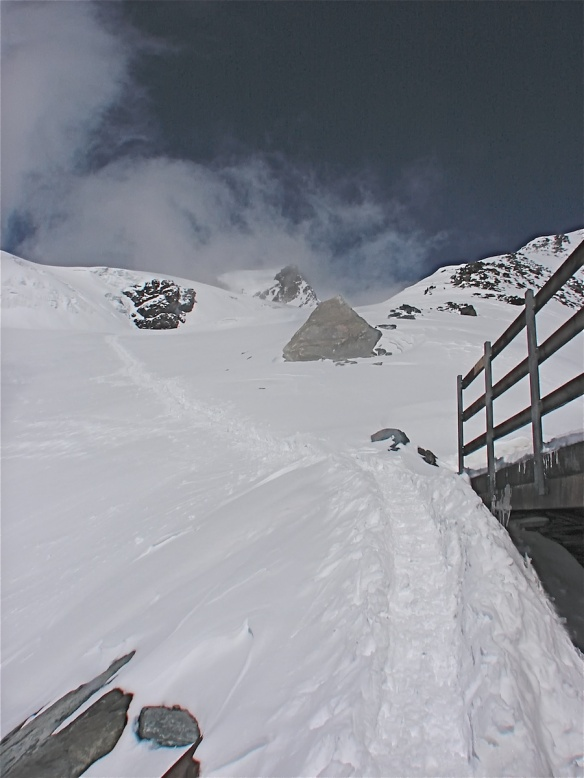 the path up to Pollux and Castor from the Ayas Hut