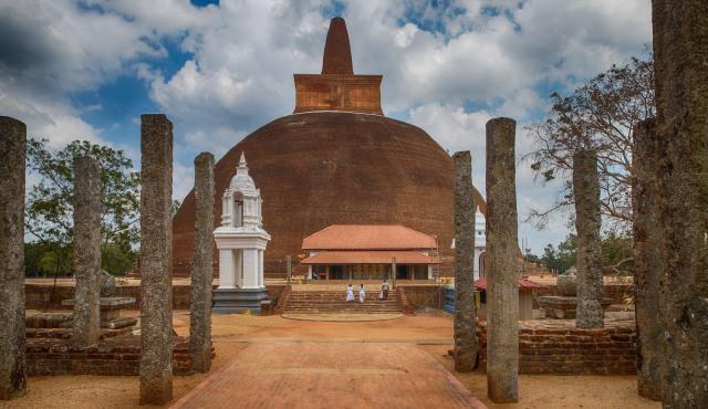 Abhayagiriya Stupa - pilgrims approach