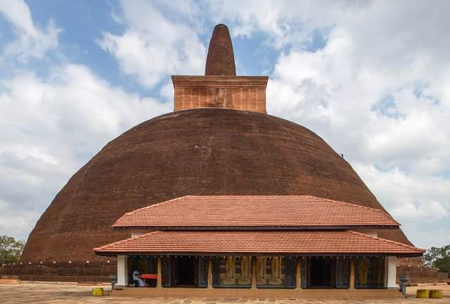 Abhayagiri dagoba - shrine room at main entry point