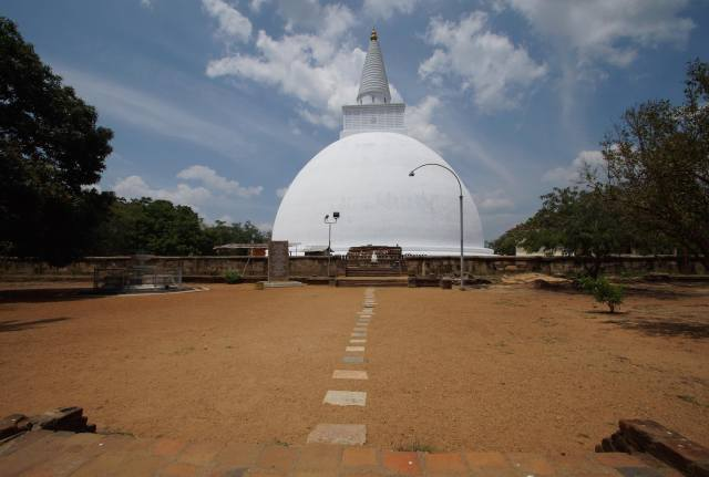 pathway leading to the Mirisavatiya Dagoba