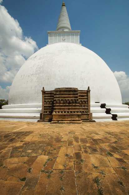 the Mirisavatiya Dagoba up closer