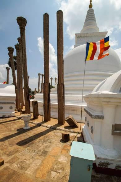 Anuradhapura - Thuparama and Buddhist flag