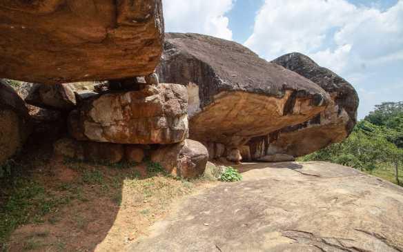 Vessagiriya boulders