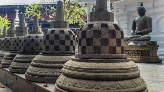 mini-dagobas in the Gangaramaya courtyard