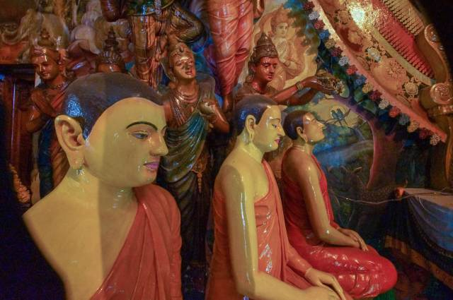 meditating monks and bodhisattvas at Gangaramaya temple