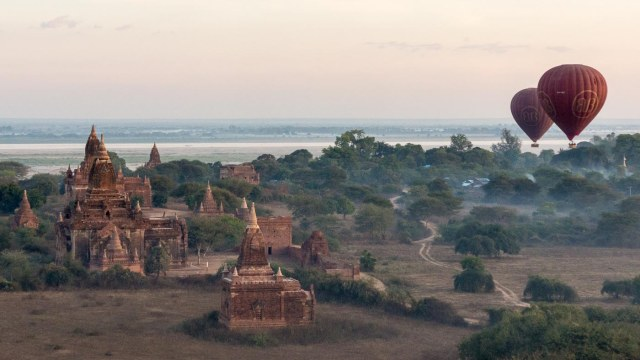balloons over Bagan in the morning