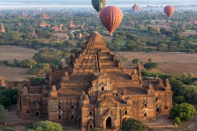 balloons over Bagan's Dhammayan-gyi