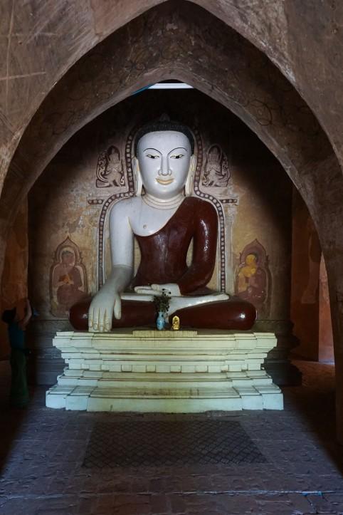 Thatbyinnyu seated Buddha in alcove