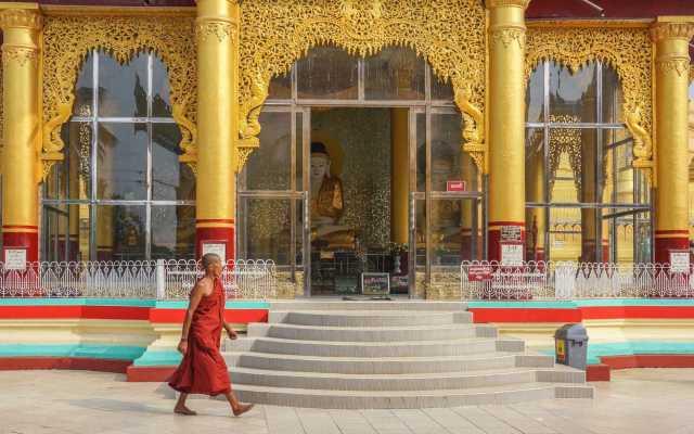 enclosed shrine pavilion on perimeter of Shwemawdaw terrace