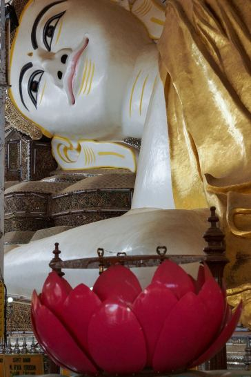 Shwethalyaung Buddha - face and lotus