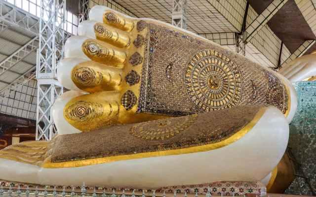 the Shwethalyaung Buddha's feet