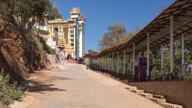 covered wallkway to Shwe Oo Min Pagoda entrance