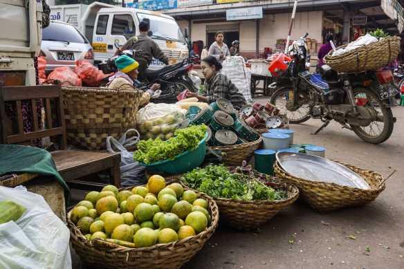 Zay Cho Market - vendors wait for customers