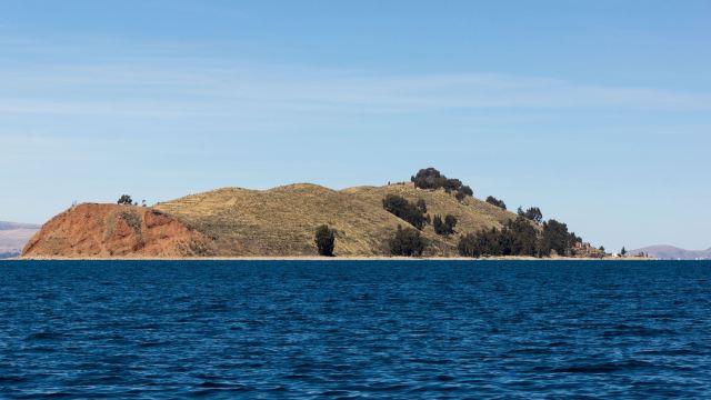approaching Isla de la Luna's reddish northwestern tip
