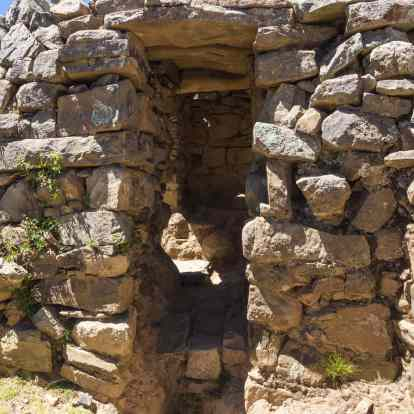 Chincana narrow passageway to room of left
