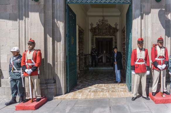 looking into the front door of the presidential palace - Murillo Plaza la Paz
