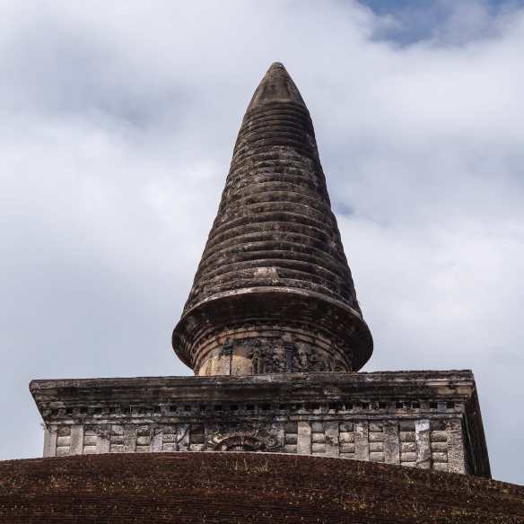 the top of the Rankot Vihara dagoba
