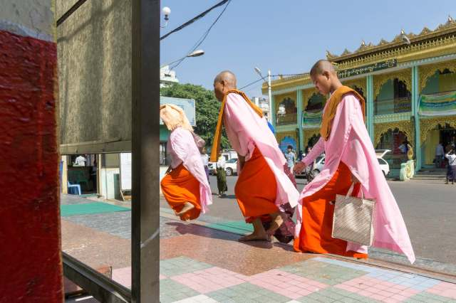 nuns entering the Botahtuang Pagoda