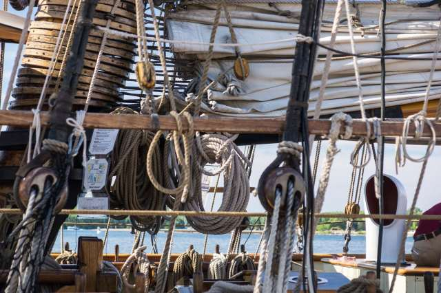 Pride of Baltimore - ropes at rest
