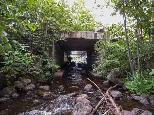 the stream under the bridge between Lacs Barrage and Grand