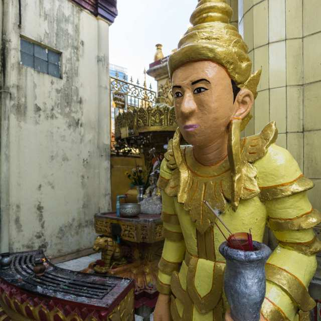 top half of statue on the Sule Paya terrace