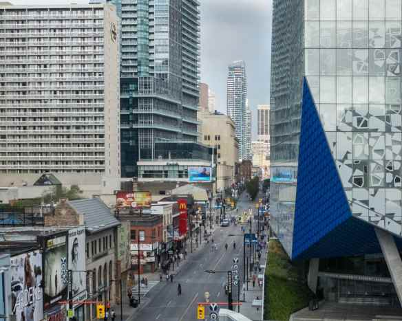 looking-north-up-yonge-from-dundas-the-milestone-restaurant-patio